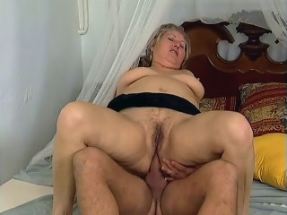 Chunky Older dark haired lady Offers Her Hairy Cunt